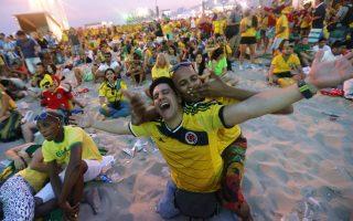 Χιλιάδες οπαδοί παρακολουθούν τους αγώνες από βίντεο γουόλ στη διάσημη παραλία της Κοπακαμπάνα. Πολλοί από αυτούς φεύγουν με άδειες τσέπες μετά το τέλος του ματς.