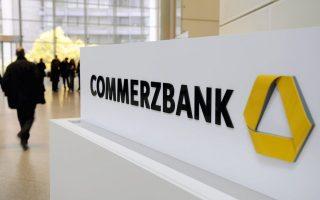 Οι αμερικανικές εισαγγελικές αρχές έχουν επιβάλει τεράστια πρόστιμα σε ξένες τράπεζες με παρουσία στις ΗΠΑ που παραβίασαν κυρώσεις της Ουάσιγκτον εις βάρος του Ιράν και άλλων κρατών. Αυτήν την εβδομάδα γνωστοποιήθηκε ότι έχουν θέσει στο στόχαστρο την Commerzbank, τη δεύτερη μεγαλύτερη τράπεζα της Γερμανίας.