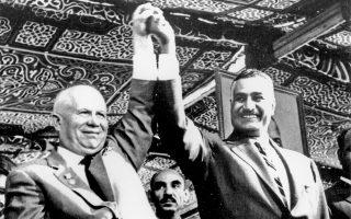14 Μαΐου 1964. Ο Σοβιετικός ηγέτης Χρουστσόφ και ο Αιγύπτιος πρόεδρος Νάσερ χαιρετούν μαζί το πλήθος, μετά την έκρηξη δυναμίτη για τη διάνοιξη καναλιού ώστε ο Νείλος να παρακάμψει το φράγμα του Ασουάν.