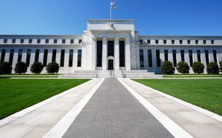 Η φήμη της Fed δέχτηκε πλήγμα την περασμένη άνοιξη, όταν ο πρώην επικεφαλής της Fed Μπεν Μπερνάνκι είπε ότι «μέσα στους επόμενους μήνες» θα αρχίσουν να μειώνονται τα μέτρα στήριξης της οικονομίας, προκαλώντας μεγάλη άνοδο των μακροπρόθεσμων επιτοκίων.