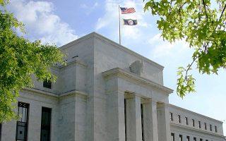 Η Fed περιέκοψε, χθες, όπως αναμενόταν, κατά 10 δισ. δολάρια, στα 25 δισ., τις μηνιαίες αγορές ομολόγων και ανακοίνωσε ότι τα επιτόκια δανεισμού θα παραμείνουν σε χαμηλό επίπεδο για αξιοσημείωτο χρονικό διάστημα μετά την ολοκλήρωση των μέτρων στήριξης της οικονομίας τον Οκτώβριο.