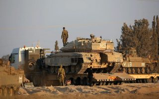 Ισραηλινό άρμα μάχης λαμβάνει θέση στα σύνορα με τη Λωρίδα της Γάζας.