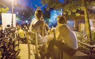 Το σινεμά σε πλατείες της Αθήνας απέκτησε φανατικό κοινό.