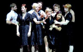 Η αυστραλέζικη ομάδα τσίρκου Circa να  συμπράττει επί σκηνής με το γαλλικό Κουαρτέτο Ντεμπυσσύ στο Opus, στο πλαίσιο των εκδηλώσεων του Φεστιβάλ Αθηνών
