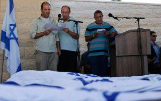 Οι πατεράδες των τριών Ισραηλινών εφήβων στην κηδεία τους.