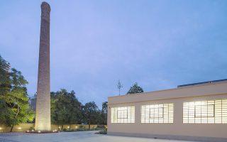 Μια καμινάδα ύψους 12 μέτρων στέκει στον περιβάλλοντα χώρο του Ιστορικού Αρχείου, κατάλοιπο του βιομηχανικού παρελθόντος του συγκροτήματος (φωτ.: Νίκος Δανιηλίδης).