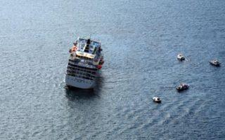 Το κρουαζιερόπλοιο Sea Diamond το οποίο σύμφωνα με τις πρώτες μαρτυρίες, μετά από πρόσκρουση του σε