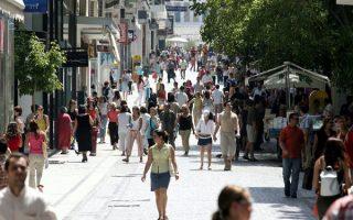 Πλήθος κόσμου στην οδό Ερμού στο κέντρο της Αθήνας κοιτάζει τις τιμές των προϊόντων στις βιτρίνες των καταστημάτων ενόψει των εκπτώσεων που ξεκινούν την Δευτέρα 12 Ιουλίου και θα διαρκέσουν έως 31 Αυγούστου, Σάββατο 10 Ιουλίου 2004.