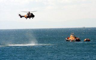Ελικόπτερο της Πολεμικής Αεροπορίας και άνδρες του Λιμενικού Σώματος με πλωτό σκάφος, ψάχνουν για διασωθέντες μετανάστες στο Καρλόβασι (Φωτογραφία: Λιμενικό Σώμα).