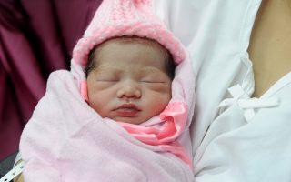 Η μικρή Τζεναλίν Σεντίνο είναι ένα από τα 100 μωρά που γεννήθηκαν στα δημόσια νοσοκομεία σε όλο το αρχιπέλαγος των Φιλιππίνων.