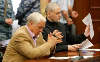 O ηγέτης του Μετώπου της Αριστεράς Σεργκέι Ουντάλτσοφ (δεξιά), κατά την ακροαματική διαδικασία