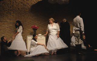 Οι ερασιτέχνες ηθοποιοί της ομάδας The Healers στη σκηνή του θεάτρου Επί Κολωνώ.