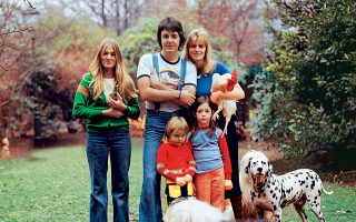 Ανακαλύπτοντας τη φύση. O Πολ και η Λίντα με τις τρεις κόρες τους, Χέδερ (από τον προηγούμενο γάμο της Λίντα), Στέλα και Μέρι, στη φάρμα τους στη Σκωτία, όπου πέρασαν μεγάλο κομμάτι της δεκαετίας του '70.