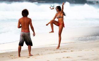 Το «Κορίτσι από την Ιπανέμα» σε μια βραζιλιάνικη παραλία. Το ποδόσφαιρο, το μεταλλαγμένο προϊόν από το πάλαι ποτέ «μπαλέτο της εργατικής τάξης», έχει ν' αντιπαρατεθεί με τον λειτουργισμό των ασφυκτικών συστημάτων, την τηλεοπτική εικόνα, την εμπορευματοποίηση, το παράνομο στοίχημα και την πολιτική.