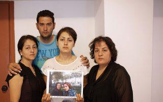 Τα αδέλφια Αμπασί από το Αφγανιστάν, χθες, σε κεντρικό ξενοδοχείο της Αθήνας. Ο Χουσεΐν είναι ένας από τους επιζήσαντες του πρόσφατου ναυαγίου στη Σάμο. Δεν είχαν την ίδια τύχη η μητέρα και η μικρότερη αδελφή του –απεικονίζονται στη φωτογραφία που κρατούν–, οι οποίες αγνοούνται. Μόλις έμαθαν τα κακά νέα, οι τρεις μεγαλύτερες αδελφές του Χουσεΐν, που ζουν σε χώρες της Ευρώπης, ήρθαν στην Ελλάδα για να βοηθήσουν στην αναζήτηση.
