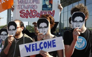 Protesters hold masks depicting former U.S. National Security Agency contractor Edward Snowden during a demonstration in Berlin May 22, 2014. REUTERS/Tobias Schwarz (GERMANY - Tags: POLITICS CIVIL UNREST)