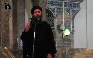 Εικόνα του Αμπού Μπακρ αλ Μπαγκντάντι από το βίντεο που αναρτήθηκε στις ιστοσελίδες των τζιχαντιστών και τον δείχνει να κάνει το κήρυγμα στο μεγάλο τέμενος στη Μοσούλη.