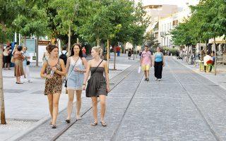 Πεζοί απολαμβάνουν τη βόλτα τους στην οδό Μακρυγιάννη, δίπλα στο Μουσείο της Ακρόπολης.