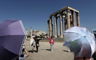 Φωτογραφία που δόθηκε σήμερα στη δημοσιότητα και εικονίζει τουρίστες να ποζάρουν για φωτογραφία μπροστά από τον ναό του Ολυμπίου Διός, στην Αθήνα, την Τρίτη 24 Ιουνίου 2014. Τα έσοδα από τον τουρισμό αυξήθηκαν 28 τοις εκατό φτάνοντας τα 900.000.000 € την περίοδο Ιανουαρίου-Απριλίου 2014, ενώ οι τουριστικές αφίξεις αυξήθηκαν 21,1 τοις εκατό σε σύγκριση με την ίδια περίοδο του προηγούμενου έτους υπερβαίνοντας τα 1,9 εκατομμύρια, σύμφωνα με στοιχεία που έδωσε τη Δευτέρα η Τράπεζα της Ελλάδα (ΤτΕ). ΑΠΕ-ΜΠΕ/ΑΠΕ-ΜΠΕ/ΓΙΑΝΝΗΣ ΚΟΛΕΣΙΔΗΣ