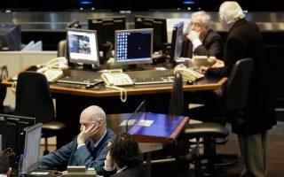 Οι διαπραγματευτές στο χρηματιστήριο του Μπουένος Αϊρες παρακολουθούν τον γενικό δείκτη να υποχωρεί κατά 7%, μια μάλλον ήπια αντίδραση, δεδομένων των συνθηκών. Η Αργεντινή υποβαθμίστηκε χθες σε κατάσταση «επιλεκτικής» χρεοκοπίας, καθώς δεν κατέστη εφικτό να βρεθεί συμφωνία με τα hedge funds. Ωστόσο, εκτιμάται ότι η νέα χρεοκοπία της χώρας δεν θα έχει τις ίδιες ολέθριες συνέπειες με εκείνη του 2001. Η διαφαινόμενη ύφεση θα είναι πιθανόν λίγο πιο βαθιά, οι ήδη δύσκολες συνθήκες χρηματοδότησης της οικονομίας θα επιδεινωθούν, αλλά όλοι συμφωνούν ότι δεν θα επαναληφθούν οι εφιαλτικές εικόνες της πρώτης άτακτης χρεοκοπίας. Εξάλλου, η στάση πληρωμών δεν οφείλεται αυτή τη φορά σε αδυναμία του Μπουένος Αϊρες να εξυπηρετήσει το χρέος, αλλά σε μια δικαστική διαμάχη της κυβέρνησης με τα hedge funds που διακρατούν «κουρεμένα» ομόλογα της Αργεντινής και διεκδικούν να τα πληρωθούν στο σύνολό τους.