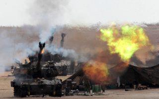 Ισραηλινά άρματα μάχης βάλλουν εναντίον της Λωρίδας της Γάζας. Το Ισραήλ επιστράτευσε χθες ακόμη 16.000 εφέδρους, ανεβάζοντας τον αριθμό των στρατιωτών που πολεμούν στη Γάζα σε 86.000. Ο Λευκός Οίκος στηλίτευε με σκληρή γλώσσα τον προχθεσινό βομβαρδισμό σχολείου του ΟΗΕ στο οποίο είχαν βρει καταφύγιο άμαχοι, ενώ ο Τούρκος πρωθυπουργός Ρετζέπ Ταγίπ Ερντογάν δήλωσε ότι «αυτό που γίνεται στη Γάζα αναβιώνει τη διαστροφή του Χίτλερ».