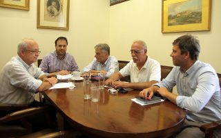Από αριστερά: Οι κ. Στέφανος Μανίκας, Θανάσης Θεοχαρόπουλος, Κώστας Πουλάκης, Δημήτρης Βίτσας και Χρήστος Στάικος συνομιλούν κατά τη συνάντηση αντιπροσωπειών της Κουμουνδούρου και της Αγ. Κωνσταντίνου.