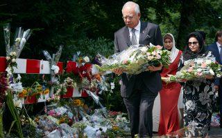 Ο πρωθυπουργός της Μαλαισίας καταθέτει λουλούδια έξω από στρατόπεδο στην Ολλανδία, στο οποίο γίνεται η αναγνώριση των θυμάτων.