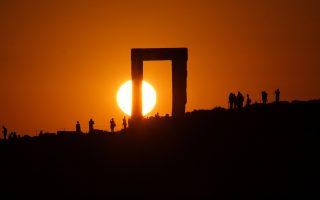 Ηλιοβασίλεμα στην Πορτάρα της χώρας της Νάξου. Δεν είναι απλό να φωτογραφίσεις τον ουρανό. Χρειάζονται γνώσεις για το πώς λειτουργεί ο ουράνιος θόλος σε καθημερινή και εποχική βάση, λέει ο Αντώνης Αγιομαμίτης.