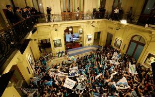 Μιλώντας ενώπιον υποστηρικτών της στο προεδρικό μέγαρο, η πρόεδρος της Αργεντινής, Κριστίνα Φερνάντες Κίρχνερ, τόνισε πως και μετά το αδιέξοδο στη διαπραγμάτευση με τα hedge fund και τη συνεπακόλουθη στάση πληρωμών «ο κόσμος εξακολουθεί να κινείται και μαζί με αυτόν κινείται και η Αργεντινή». Σύμφωνα, άλλωστε, με το Ρόιτερς η ζωή στο Μπουένος Αϊρες συνεχιζόταν κανονικά στους συνήθεις ρυθμούς της.