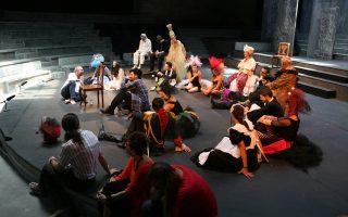 Ο διευθυντής του Εθνικού με τους ηθοποιούς του έργου στην παρουσίαση του χώρου «Σχολείον», στην Πειραιώς 52.