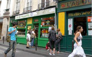 Ο Σοφιέ τοποθετεί τους ήρωές τους στο σύγχρονο Παρίσι. Στη φωτογραφία, άποψη του Μαρέ, γειτονιάς με έντονο το εβραϊκό στοιχείο.
