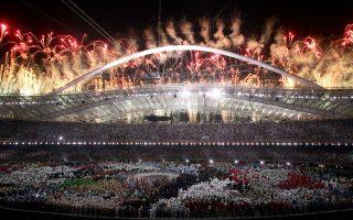 Ο αγωνιστικός χώρος του ΟΑΚΑ γεμάτος αθλητές, ενώ τον ουρανό φωτίζουν πυροτεχνήματα στην τελετή έναρξης των 28ων Ολυμπιακών Αγώνων.