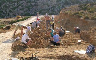 Αντικύθηρα. Εθελοντές σε σωστική ανασκαφή για ασφαλτόστρωση οδού.
