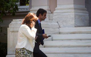 Ο υπουργός Διοικητικής Μεταρρύθμισης Κυρ. Μητσοτάκης και η υφυπουργός Εύη Χριστοφιλοπούλου προτίθενται να προσθέσουν ρητή αναφορά που θα ξεκαθαρίζει ότι «κανένας υπάλληλος δεν πρόκειται να απολυθεί βάσει της αξιολόγησής του, ούτε πρόκειται να υποστεί μισθολογικές κυρώσεις ή οποιαδήποτε άλλη αρνητική υπηρεσιακή μεταβολή».