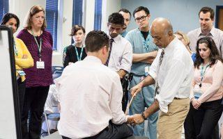 Η εξέταση του ασθενούς έχει όλα τα χαρακτηριστικά μιας τελετουργίας, επισημαίνει στην «Κ» ο δρ Αβραάμ Βεργκίς (δεξιά), καθηγητής Θεωρίας και Πρακτικής της Ιατρικής και αντιπρόεδρος του Τμήματος Παθολογίας στο Πανεπιστήμιο Στάνφορντ.