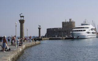 8.000 με 10.000 Ρώσοι τουρίστες βρίσκονται σε δημοφιλείς ελληνικούς προορισμούς. Ο μεγαλύτερος όγκος, σε ποσοστό άνω του 80%, βρισκόταν σε Κρήτη, Ρόδο (φωτ.) και Κω και το υπόλοιπο σε άλλους προορισμούς όπως Χαλκιδική, Κέρκυρα, Αθήνα κ.α.