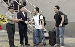 Ο πρέσβης της Λαϊκής Δημοκρατίας της Κίνας στην Ελλάδα υποδέχεται τους Κινέζους υπήκοους που απομακρύνθηκαν από τη Λιβύη με τη φρεγάτα «Σαλαμίς».