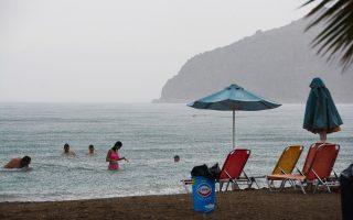 Το ξαφνικό μπουρίνι δεν στάθηκε ικανό να χαλάσει το μπάνιο των λουομένων στη παραλία Καραθώνα στο Ναύπλιο. Οταν είσαι διακοπές, μερικά σύννεφα δεν αρκούν για να σου χαλάσουν τη διάθεση. Ζέστη και καταιγίδες προβλέπονται έως και σήμερα το βράδυ.