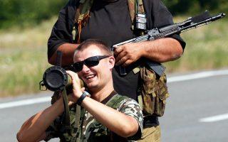 Αυτονομιστές σε σημείο ελέγχου έξω από το Ντονιέτσκ.