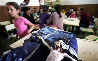 Τον Εσταυρωμένο κατάφεραν να αποκαθηλώσουν από τον τοίχο της εκκλησίας τους στο χωριό Καρακούς χριστιανοί πρόσφυγες από το κεντρικό Ιράκ, λίγες μόλις στιγμές προτού η κοινότητά τους καταληφθεί από τους εξτρεμιστές σουνίτες του Ισλαμικού Κράτους, που συνεχίζουν την προέλασή τους.