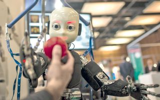 Το ρομπότ iCub προσπαθεί να πιάσει μπάλα που του πετά ο χειριστής του, σε έκθεση στη Λυών της Γαλλίας.