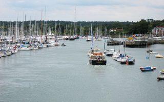Το γραφικό λιμάνι του Lymington από το οποίο ξεκινούν το καλοκαίρι ιστιοπλοϊκοί αγώνες.