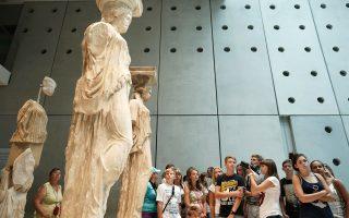 Αντίθετα με τη γενική εντύπωση, η Αθήνα δεν κατεβάζει ρολά την εβδομάδα του Δεκαπενταύγουστου. Τα περισσότερα μουσεία, όπως και οι αρχαιολογικοί χώροι, μας περιμένουν να τα ανακαλύψουμε, ενώ η αυριανή πανσέληνος δίνει την αφορμή για πλήθος εκδηλώσεων σε όλη την Αττική. Η πιο «άδεια» εβδομάδα της χρονιάς προσφέρεται και για εξερευνήσεις λιγότερο γνωστών προορισμών, με πολιτιστικό και ψυχαγωγικό περιεχόμενο, καθώς ο χρόνος που έχουμε στη διάθεσή μας είναι συνήθως περισσότερος και οι αποστάσεις διανύονται συντομότερα.