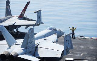 Αεροσκάφη F/A-18E Super Hornet προετοιμάζονταν χθες στο κατάστρωμα του αεροπλανοφόρου «Τζορτζ Η.W. Μπους» για αποστολή πάνω από το Ιράκ.