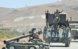 Ανδρες του στρατού του Λιβάνου κάνουν το σήμα της νίκης, καθώς εγκαταλείπουν την απελευθερωμένη Αρσάλ της κοιλάδας Μπεκάα.