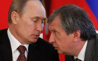 O επικεφαλής της Rosneft, Ιγκόρ Σετσίν με τον πρόεδρο της Ρωσίας, Βλαντιμίρ Πούτιν.