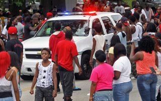Αστυνομικό όχημα εισπράττει την κατακραυγή των συγκεντρωμένων στο Μιζούρι των ΗΠΑ.