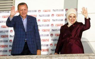 Ο Τούρκος ηγέτης Ρετζέπ Ταγίπ Ερντογάν, συνοδευόμενος από τη σύζυγό του Εμινέ, χαιρετά οπαδούς του στην Αγκυρα, μετά την οριστικοποίηση της νίκης του στις προεδρικές εκλογές.