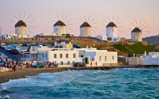 Οπως αναφέρει η Deutsche Welle σε σχετικό αφιέρωμα για τον ελληνικό τουρισμό, δεν υπάρχουν παντού φθηνές τιμές, προπάντων στην κοσμοπολίτικη Μύκονο.