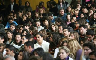 Το ζήτημα έχει θορυβήσει μια ευρεία πληθυσμιακή ομάδα, καθώς ο αριθμός των περίφημων «αιώνιων» φοιτητών ξεπερνάει τις 180.000.